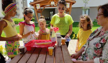 Bu çocuklar bir harika…Sokak hayvanları için limonata yapıp satıyorlar