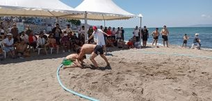 Güreşçiler plajda hünerlerini sergiledi